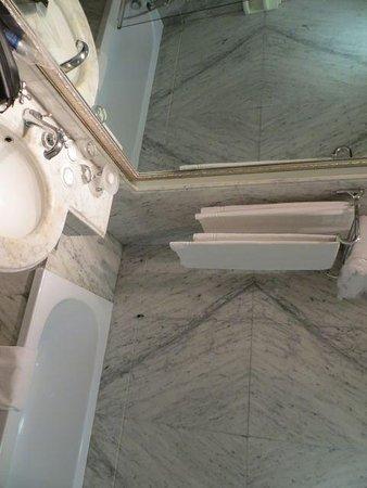 Bailey's Hotel: Bathroom at Baileys