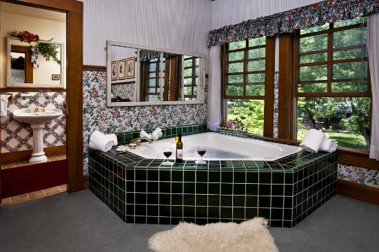 McCloud, CA: Jacuzzi/tub in one of the suites