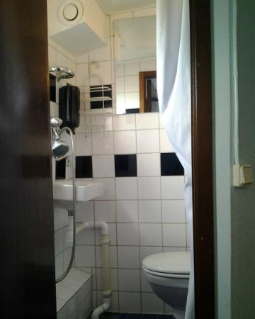 Rygerfjord Hotel and Hostel: Bathroom.