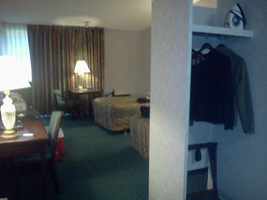 Pocono Inn At Water Gap: Looking into room from entry
