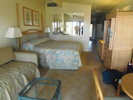 Napili Kai Beach Resort: Our room, very clean and perfect for our needs. Kitchenette on the other side of the wall.