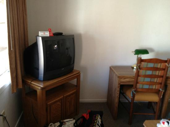 Americas Best Value Inn & Suites: Room 103 TV