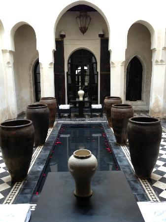 Riad Dar Darma: courtyard directly outside mirror suite
