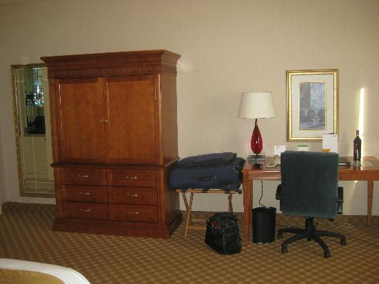 JW Marriott Las Vegas Resort, Spa & Golf: Standard hotel furniture