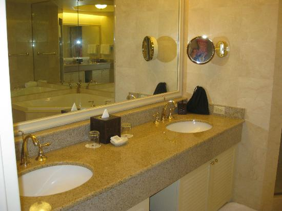 JW Marriott Las Vegas Resort, Spa & Golf: Enormous bathroom with double sinks and ceiling speakers
