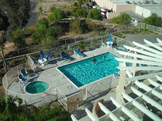 Best Western Plus Lake Elsinore Inn & Suites: Looking down at Pool & Spa