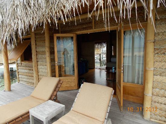 Tikehau Pearl Beach Resort: Deck area