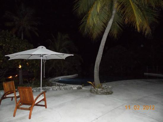 Tikehau Pearl Beach Resort: Pool area at night