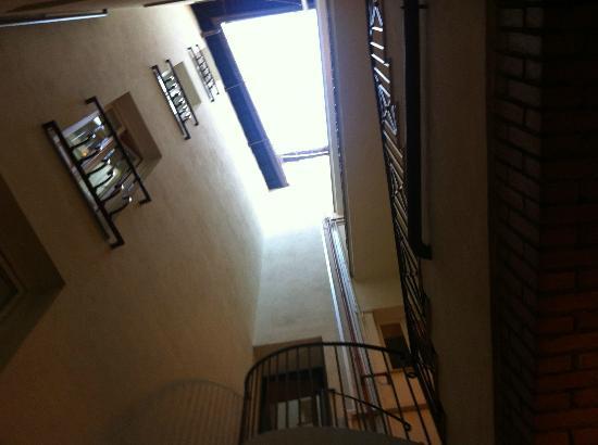 Hotel Teatro di Pompeo: Klurig utsikt från vårt hotellfönster.