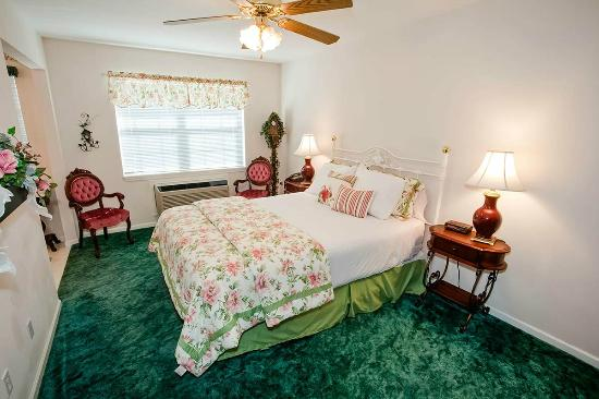 Bradford House Bed and Breakfast: One of our classically styled rooms!
