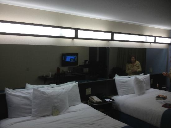 Microtel Inn & Suites by Wyndham Tuscaloosa Near University: only lights in the room