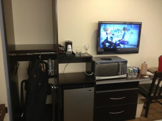 Microtel Inn & Suites by Wyndham Tuscaloosa Near University: Closet & Desk & TV