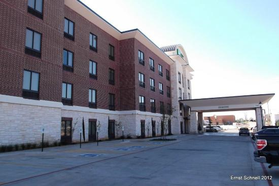 Holiday Inn Express & Suites Duncan: Exterior view of the hotel