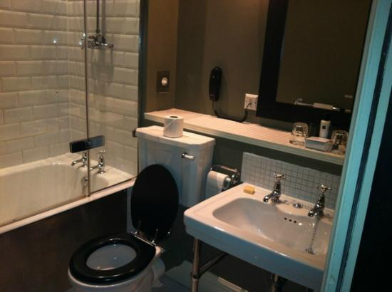 Hotel du Vin & Bistro: More of the bathroom..