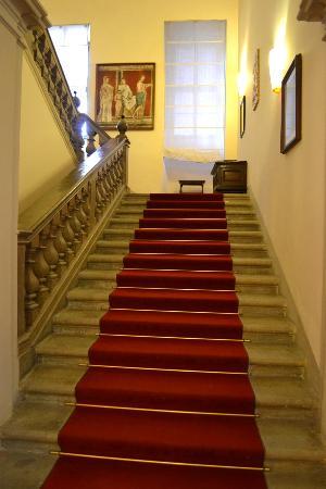 Hotel Bosone Palace: La scalinata che parte dalla hall