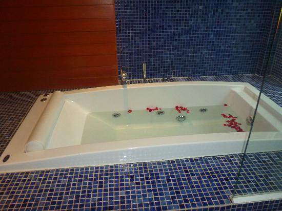 ลา ฟลอร่า รีสอร์ท: Bath tub