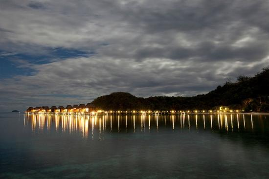 Likuliku Lagoon Resort: Bure's at night