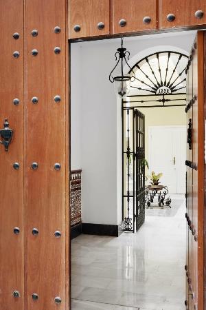 Apartamentos Mariscal: MAIN GATE