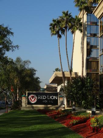 Red Lion Hotel Anaheim Resort: Hotel exterior