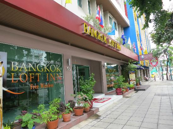 Bangkok Loft Inn: Front of the Hotel, along the main road
