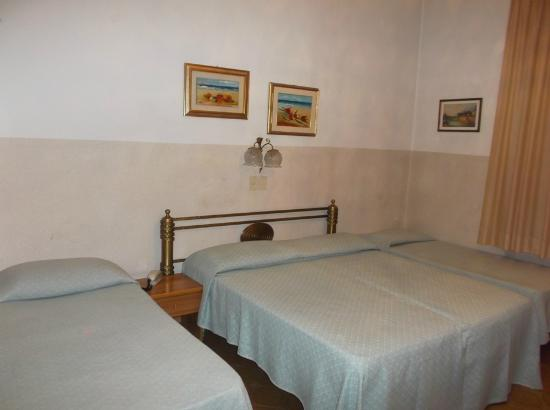 Hotel Arno Bellariva: Beds - note tired old linen