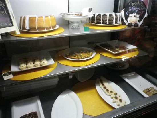 Bean Bank Cafe: Cake counter
