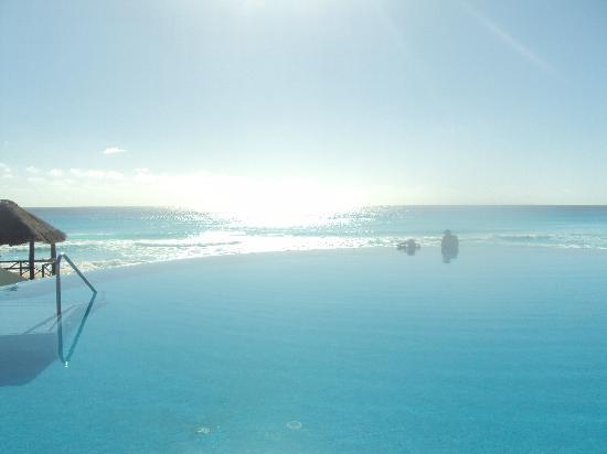 Live Aqua Cancun All Inclusive : Gorgeous infinity pool