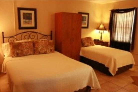 Spring Waters Inn: All rooms have two beds