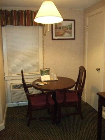 Mt Madison Inn & Suites : Nice Table For In Room Dining