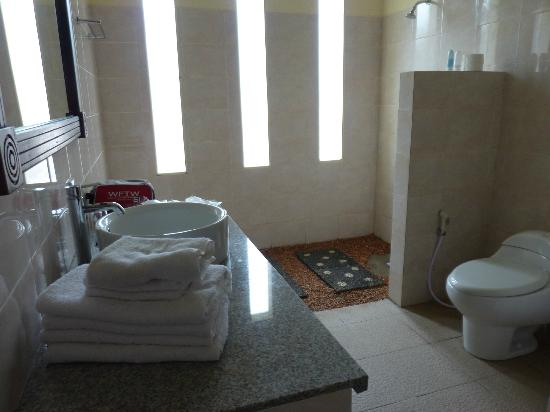 Medewi Bay Retreat: Large bathroom