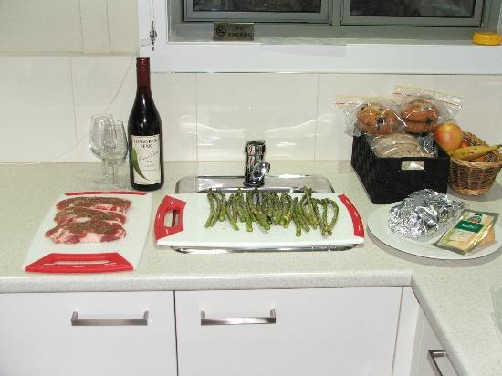 Gisborne Peak Winery Cottages : Relaxing dinner prep