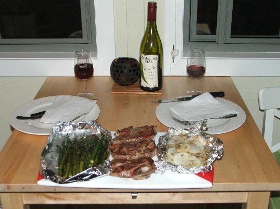 Gisborne Peak Winery Cottages : Dinner is served