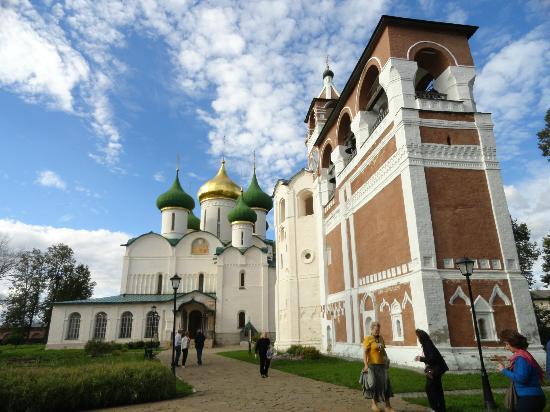 Suzdal, Russia: Patio del monasterio