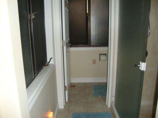 Kauai Banyan Inn: little hallway in room comprising the bathroom area