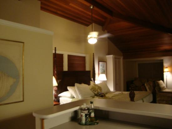 Kauai Banyan Inn: Shot of the ceiling fan above the bed