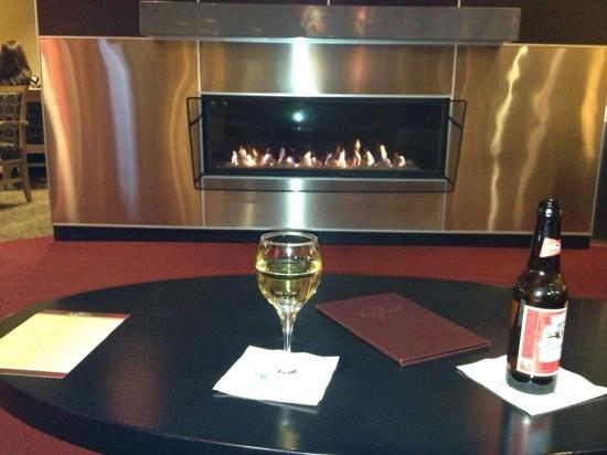 Cambria hotel & suites Traverse City: Enjoying a drink in the Reflect Lounge