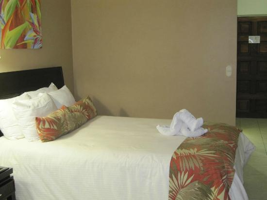 Flamingo Beach Resort & Spa: Bed