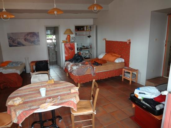 Chambres le Grand Puits : double bed, kitchette and bathroom
