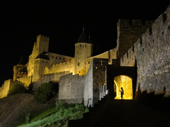 Chambres le Grand Puits: carcassonne at night