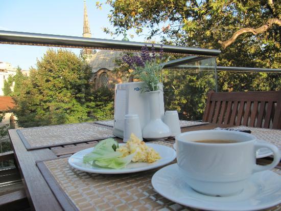 The Empress Theodora Hotel: 朝食。アヤソフィアの裏側見えます。