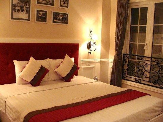 Calypso Suites Hotel: Comfy and clean room