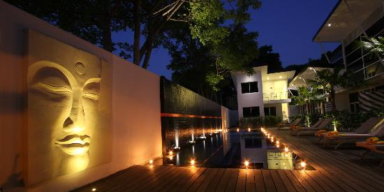 Bali Yarra Villas: Pool at night