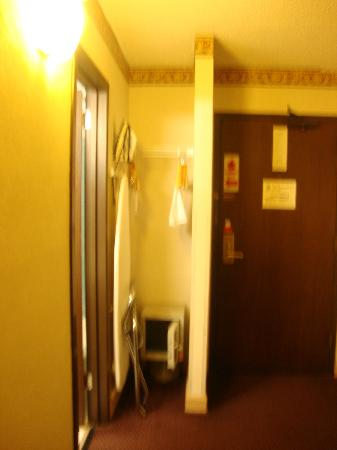 Ramada Morgantown Hotel & Conference Center: Closet