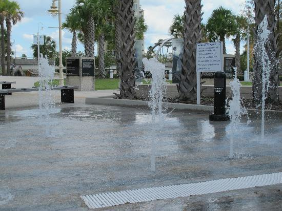 Tampa Bay History Center: Fountains out front