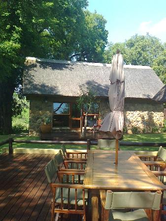 Indlovu River Lodge: honeymoon cottage