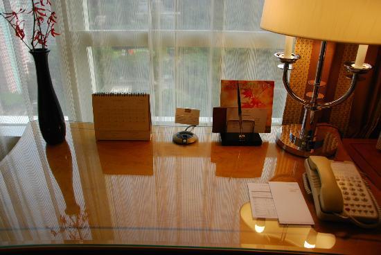 Conrad Hong Kong: Room's desk