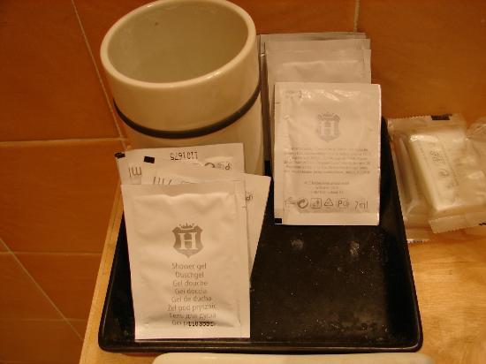 Belle Arti Resort: petit plateau contenant les enveloppes de savon et shampoing pas très propre.