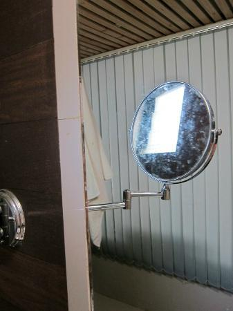 Micasa Beach Resort: Mirrors and shower screen disgusting