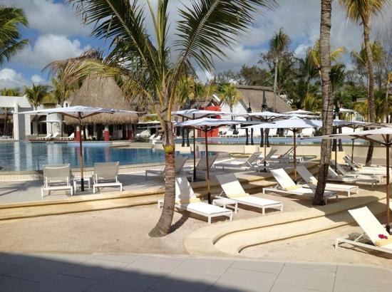Ambre Resort & Spa: pool from coral bar and beach....
