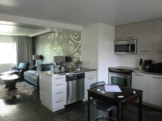 Hotel Shangri-La Santa Monica: キッチン、リビング。広いです。